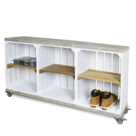 Schrank aus Obstkisten weiß mit einem altem Regalbett einschließlich Schwenkrad 3