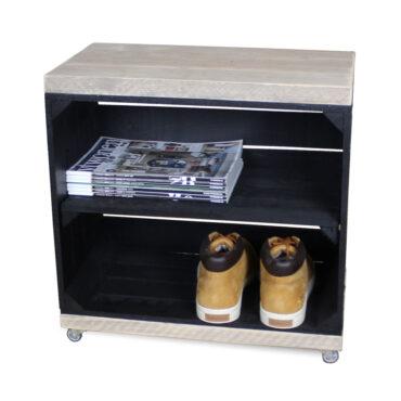 hölzerne Nachttisch Obstkiste schwarz mit schwarzem Regalbrett lang und Schwenkrädern