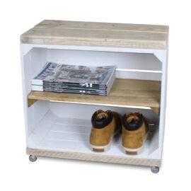 hölzerne Nachttisch Obstkiste weiß mit altem Regalbrett lang und Schwenkrädern