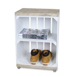 hölzerne Nachttisch Obstkiste weiß mit weißem Regalbrett und Schwenkrädern