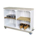 Schrank aus Obstkisten weiß mit einem altem Regalbett einschließlich Schwenkrad 2