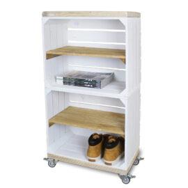 Schrank hoch aus Obstkisten weiß mit einem altem Regalbett lang einschließlich Schwenkrad 2