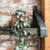 Stahlerne Regaltrager mit Wagonteil aus Eiche geburstet
